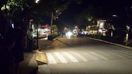 Hotel Tamarindo Diria: main street at night