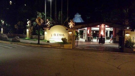 Hotel Tamarindo Diria: front view at night