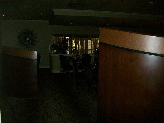 Arthur's Terrace Restaurant : Dim lighting in the Restaurant