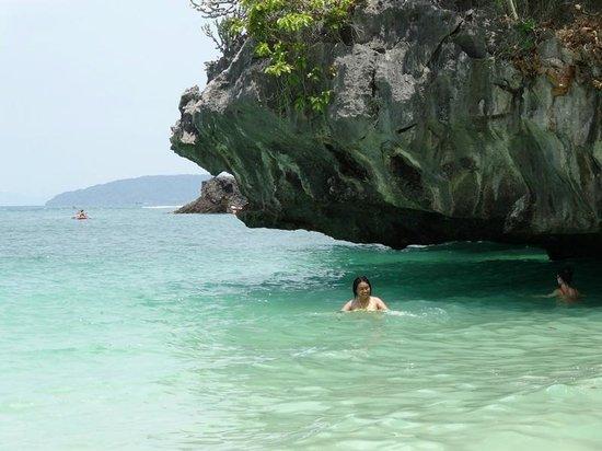 Railay Beach: เล่นน้ำ ใต้หินผา