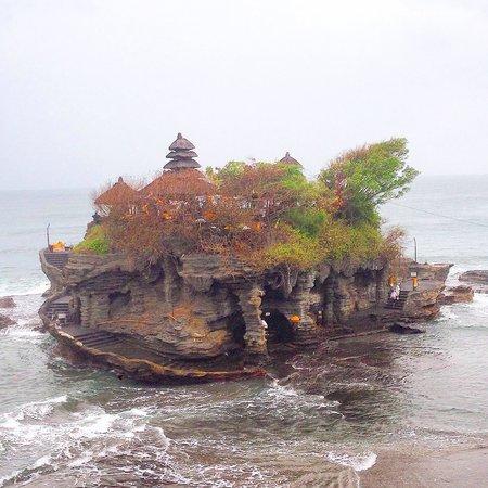 Mano Tour Guide Bali: Храм в море, к которому можно подойти только при отливе