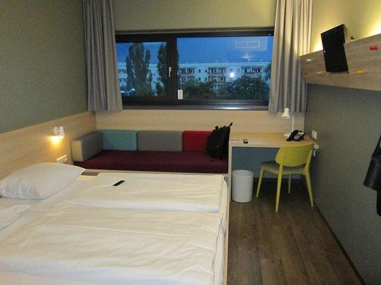 MEININGER Hotel Berlin Airport: Room
