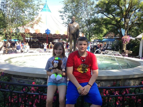 Hersheypark : Fountain near the entrance with statue of Milton Hershey