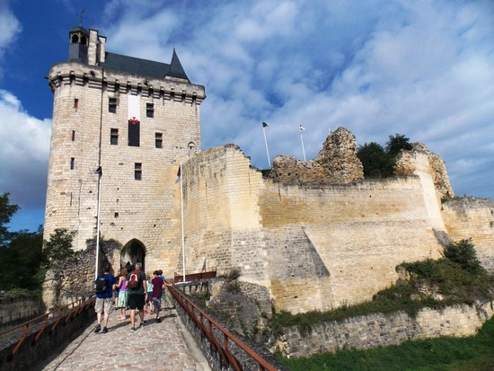 Forteresse royale de Chinon: Approaching Chinon Chateau/Fortress