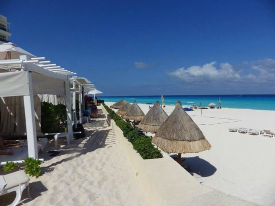 Live Aqua Cancun All Inclusive: Relaxation in the shade of a cabana near the swim up bar