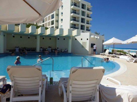 Live Aqua Beach Resort Cancun: Swim up Bar (pool)
