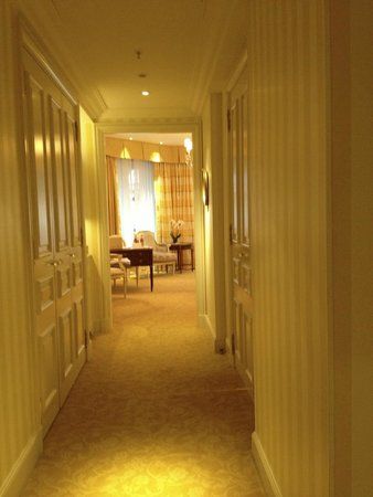 Four Seasons Hotel George V Paris: Hallway from door to main area