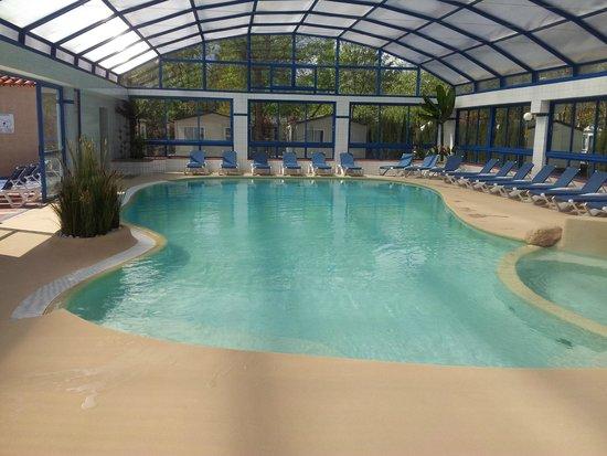Piscine couverte chauff e photo de camping le beaus jour for Argeles gazost piscine