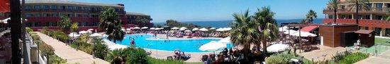 ILUNION Calas de Conil: Zona de piscina con vistas al mar