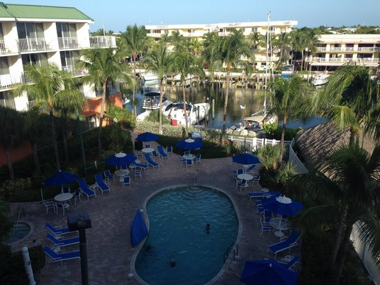 Courtyard Key Largo: Guest pool and boat harbor