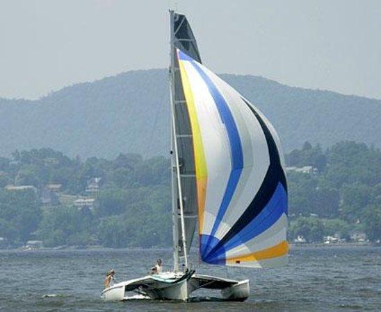 Κίνγκστον, Νέα Υόρκη: Sailing under spinnaker