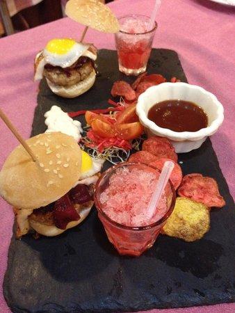 Taberna de Nino: Mini Hamburger con mini chupito di sangria