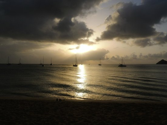 Bay Gardens Beach Resort: In front of the hotel bar on the Beach looking out to the sunset