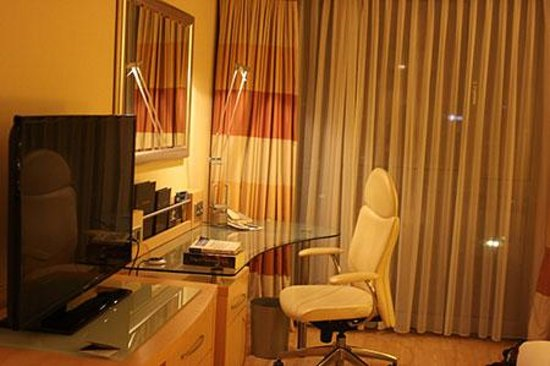 Hilton Vienna: TV and dresser