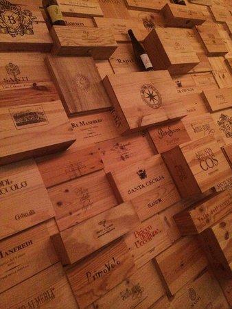 Donnafugata Golf Resort & Spa : Dettaglio del wine bar all'interno della struttura.