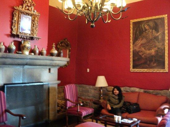 Casa Andina Premium Cusco: En la sala de espera, muy bonitas las piezas de arte