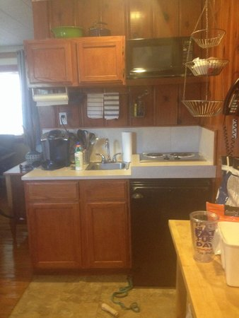 Cape Pines Motel: Cute kitchenette...keurig machine is mine but coffee machine there is nice too and yummy coffee