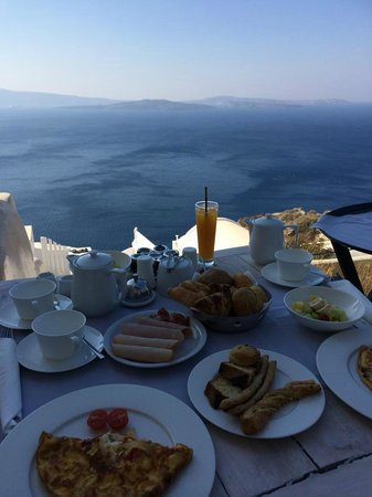 Andronis Luxury Suites: Breakfast on Kalypso room's private porch