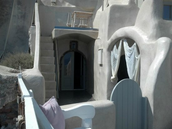 Andronis Luxury Suites: View of Kalypso room's door, private porch (above door), and entrance to private jacuzzi
