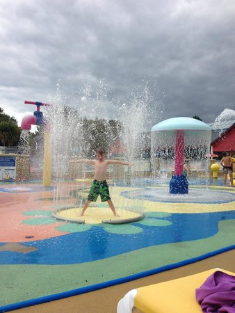 Siblu Villages - Domaine de Kerlann : Angus loving the water play area
