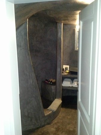Andronis Luxury Suites: Kalypso room's bathroom with cave shower