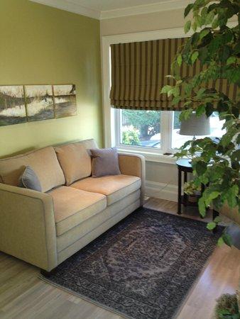Avery House B&B: Living Room Area