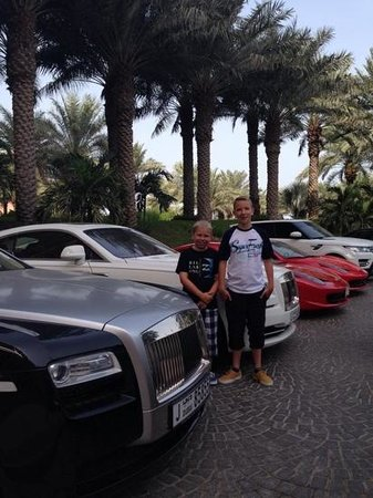 Atlantis, The Palm: cars in front of hotel