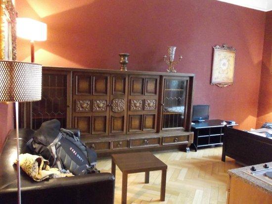 Hotel-Maison Am Adenauerplatz: Wonderful dark wood cabinet, view when opening the door