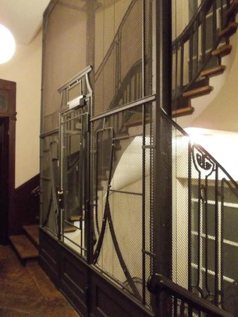 Hotel-Maison Am Adenauerplatz: Winding staircase and old-fashioned lift