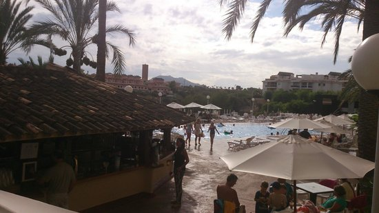 HSM Canarios Park : Main pool and bar