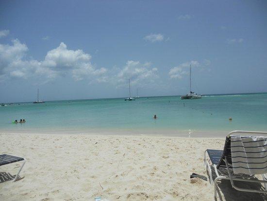 Playa Linda Beach Resort: beach in front of hotel