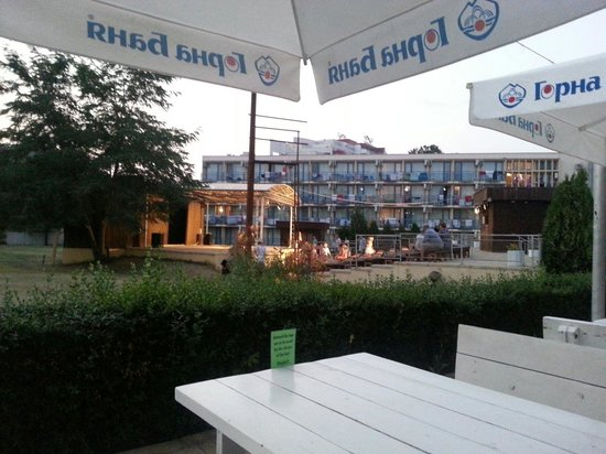 Pomorie Hotel: Entertainment stage veiw from pool bar