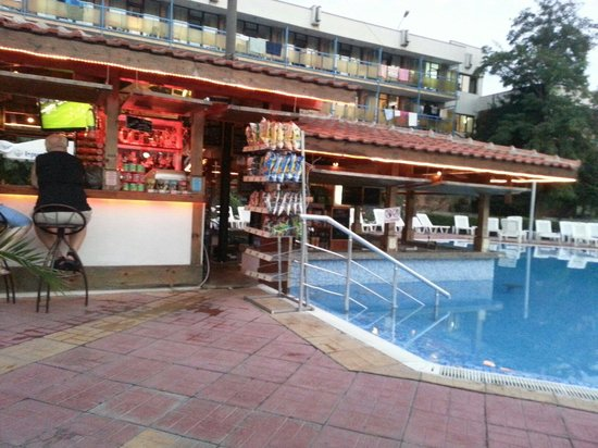 Pomorie Hotel: Pool bar at evening