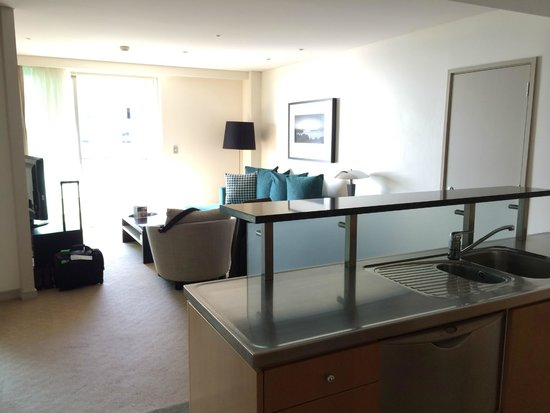 Pullman Auckland: Living area from kitchenette