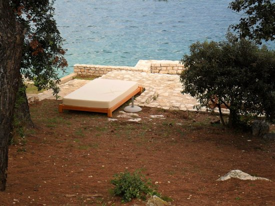 Park Plaza Histria Pula: I lettini presenti vicino al mare