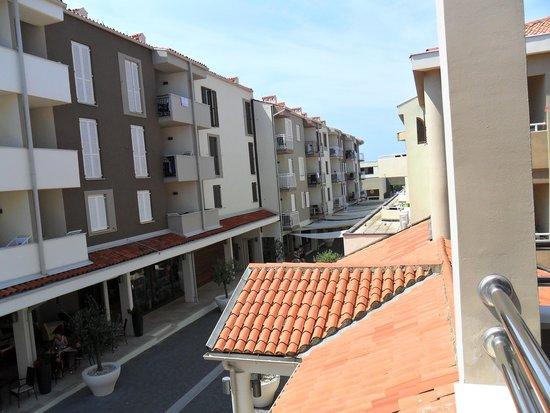 Park Plaza Histria Pula: Vista dal mio balcone. Sotto il viale con i negozi