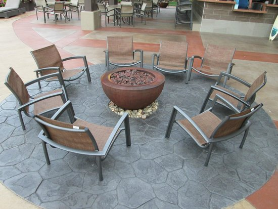 Harrah's Cherokee Hotel: fire pit with LOW chairs