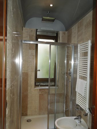 Hotel Saturnia & International : Other side of the bathroom