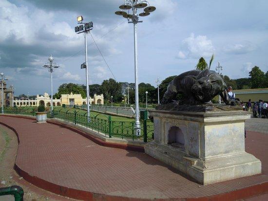 Mysore Maharajah's Palace (Amba Vilas): One of the many art of work
