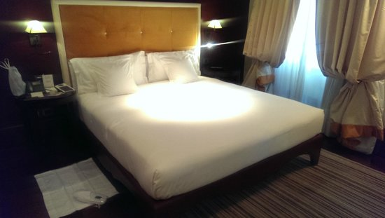 Hotel L'Orologio : Large and comfortable bed