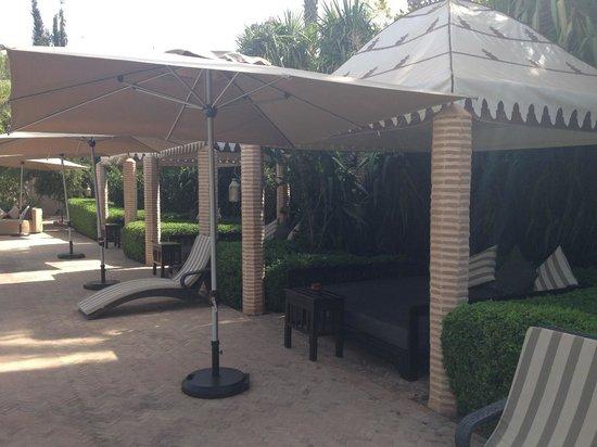 La Maison Arabe : Les lits balinais autour de la piscine