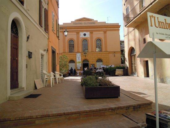 Taverna Del Teatro: tavoli all'aperto con vista teatro CLITUNNO
