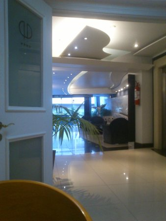 Pocitos Plaza Hotel : VISTA DE LA RECEPCION DEL HOTEL DESDE EL SALON