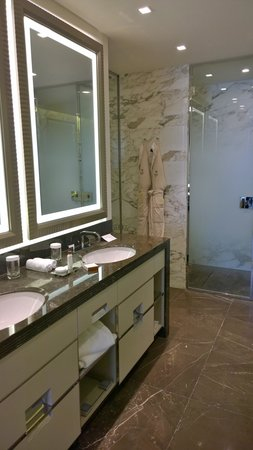 Waldorf Astoria Berlin: Junior suite bathroom