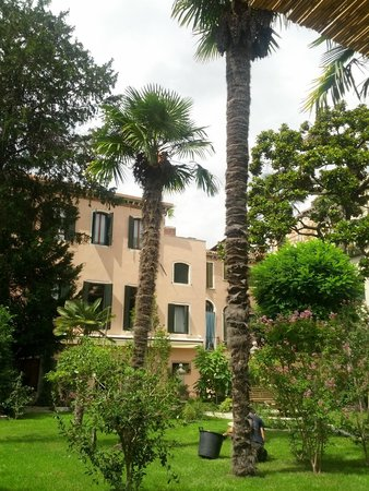 Hotel Sant'Antonin : The hotel view from the rear garden