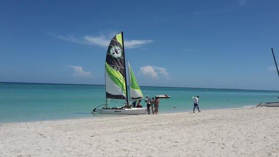 Royalton Hicacos Varadero Resort & Spa: пляж и катамаран