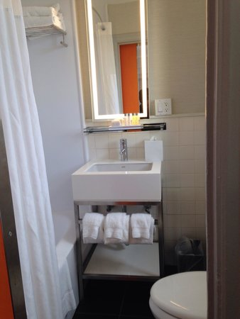 Row NYC Hotel: Bathroom room 2207