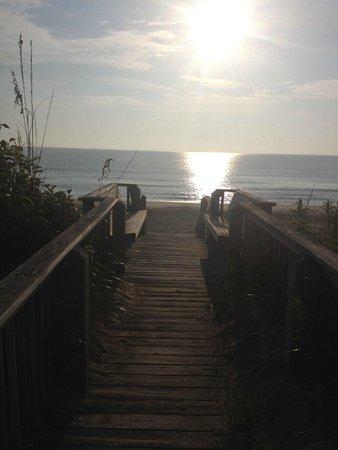 The Dragonfly Inn: Morning sunrise from the beach access