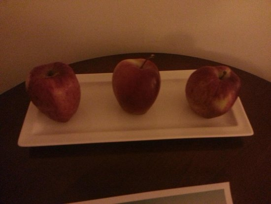 Elias Beach Hotel: Complementary Apples