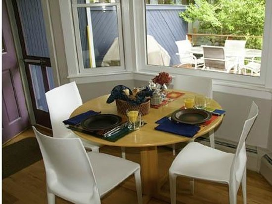 Blue Highlands Bed and Breakfast: Kitchen table  for breakfast
